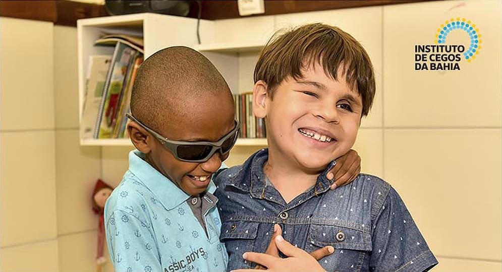 Dois garotos se abraçando e sorrindo