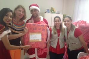 FOTO: Presidente do ICB,Heliana Diniz,recebendo a doação do Projeto Árvore dos Sonhos.