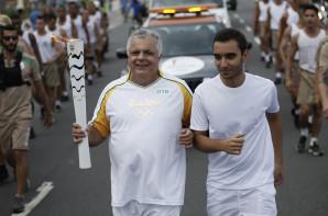 FOTO: João Bosco conduzido a Tocha Olímpica em sua passagem por Salvador.