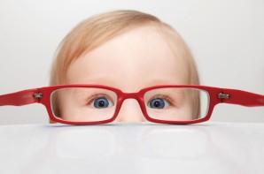 Foto: Foto ilustrativa de um bebê usando óculos vermelho.