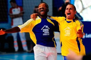 Foto: O atleta Jefinho comemorando junto ao goleiro a conquista do gol pelo tipe do ICB.