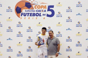 FOTO: Cássio Reis recebendo o prêmio de melhor jogador da competição.