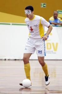 FOTO: Cássio Reis jogando em destaque com a bola no campo.