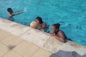 FOTO: Quatro alunos brincam na piscina.