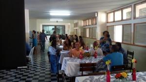 FOTO: A foto mostra o salão do refeitório, com os colaboradores sentados a mesa.