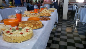 FOTO: A foto mostra os alimentos na mesa principal do buffet.