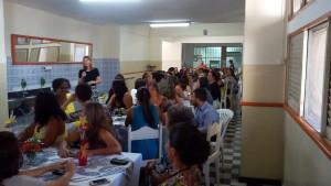 FOTO:  A foto mostra os colaboradores ouvindo o discurso da Presidente Sra. Heliana Guimarães Diniz.