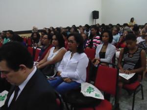FOTO: Foto da plateia com foco para as colaboradoras do ICB (da esquerda para direita) Professora Rosely dos Santos, Tatiane Carla e Claudia Sampaio.